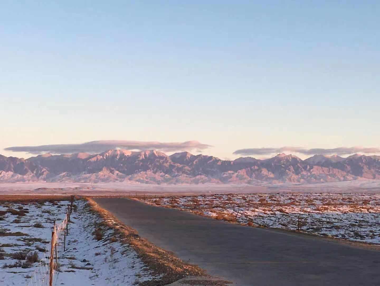 夕阳下的贺兰山,很美